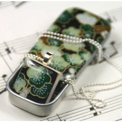 Leigh Shepherd Designs Colgante de azulejo Sakura Green Scrabble W y lata pequeña 22