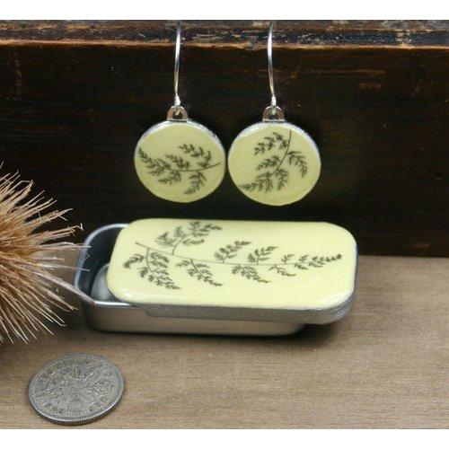 Leigh Shepherd Designs Pendientes de helecho Sixpence en Tiny Tin 25