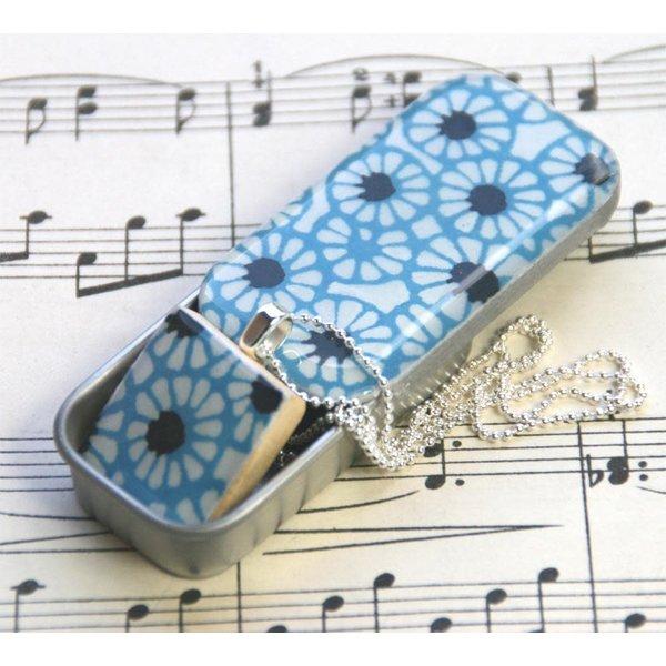 Batik Scrabble Q colgante de azulejo y lata pequeña 21