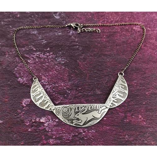 Anna Roebuck Scollop Running Hare Metall dunkle Halskette 36