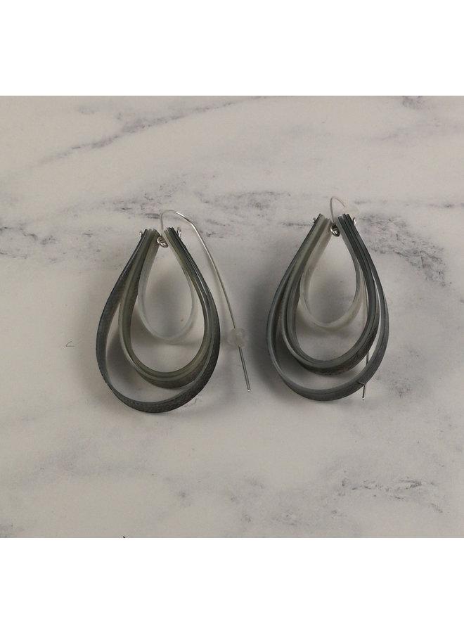 Überlagerte tropfenförmige lange graue Hakenohrringe 62