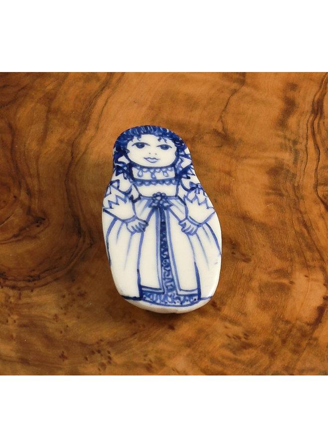 Kostümpuppe mit Perlen Keramik Brosche 107