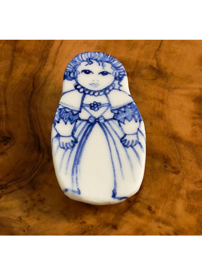 Kostümpuppe mit Spitze Keramikbrosche 111