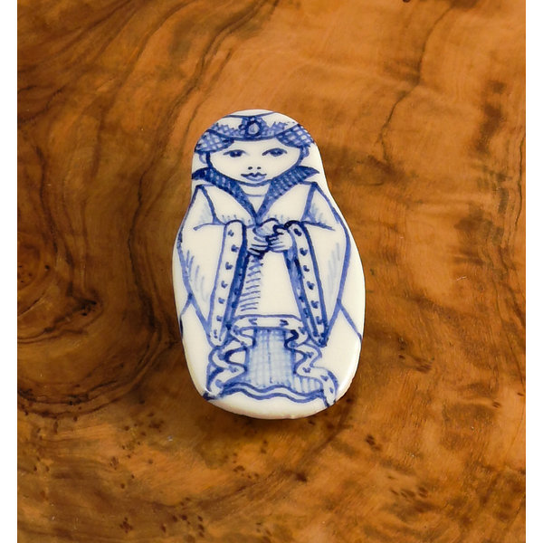 Muñeca de traje con joya broche de cerámica 114