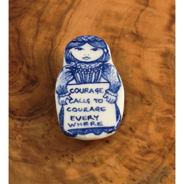 Kostümpuppe Courage Keramikbrosche 113