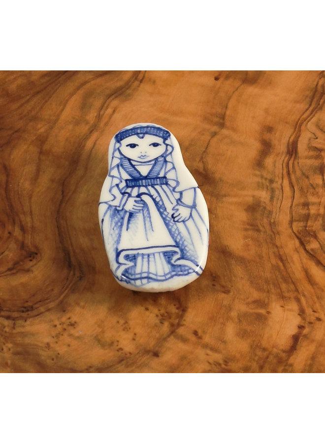 Kostümpuppe mit Schleier Keramikbrosche 110
