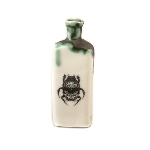 Jillian Riley Designs Escarabajo Escarabajo botella triangular 134