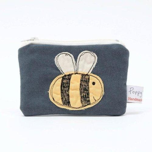 Poppy Treffry Monedero bordado abeja 01