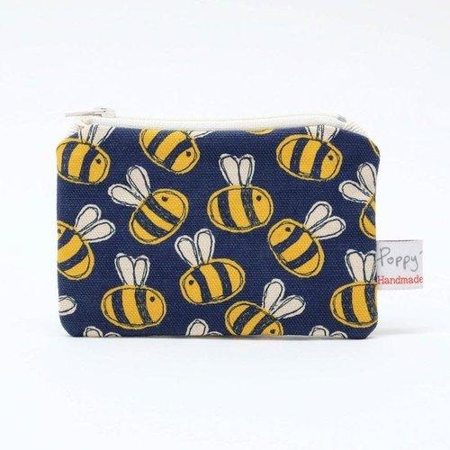 Poppy Treffry Monedero con estampado de abeja ocupada 07