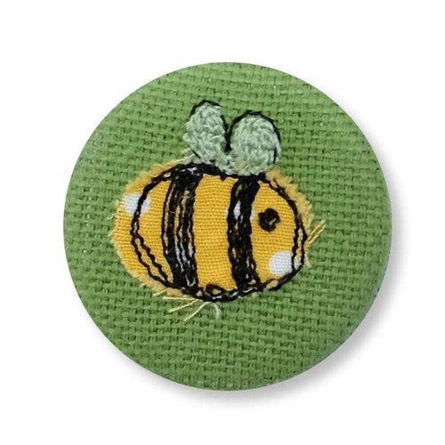 Poppy Treffry Insignia bordada de abeja / broche 12