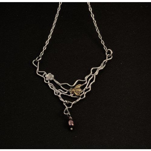 Xuella Arnold Biene mit Perle auf filigraner Silber- und Bronzekette 09