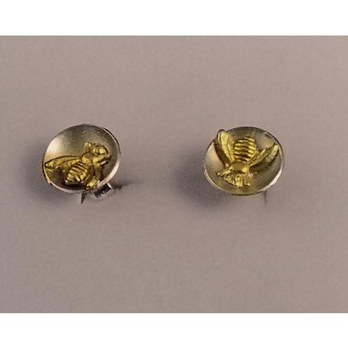 Xuella Arnold Tiny Bee en aretes de círculo de cúpula plateada 28