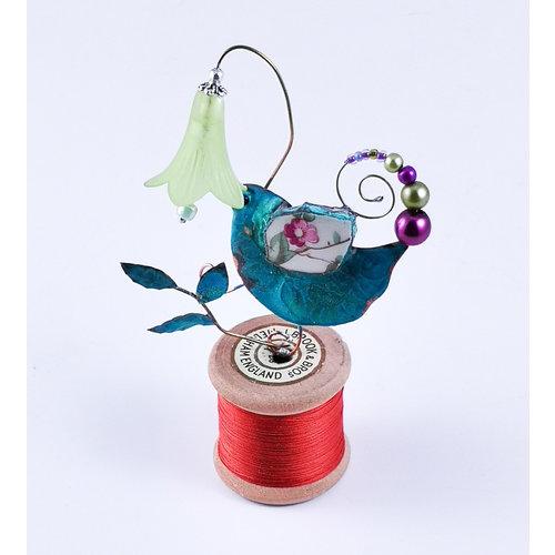 Beastie Assemblage Vogel und Glockenblume auf Baumwollspule Assemblage 032