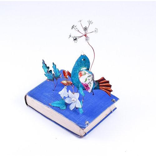 Beastie Assemblage Fantale Bird con follaje en libro Assemblage 029