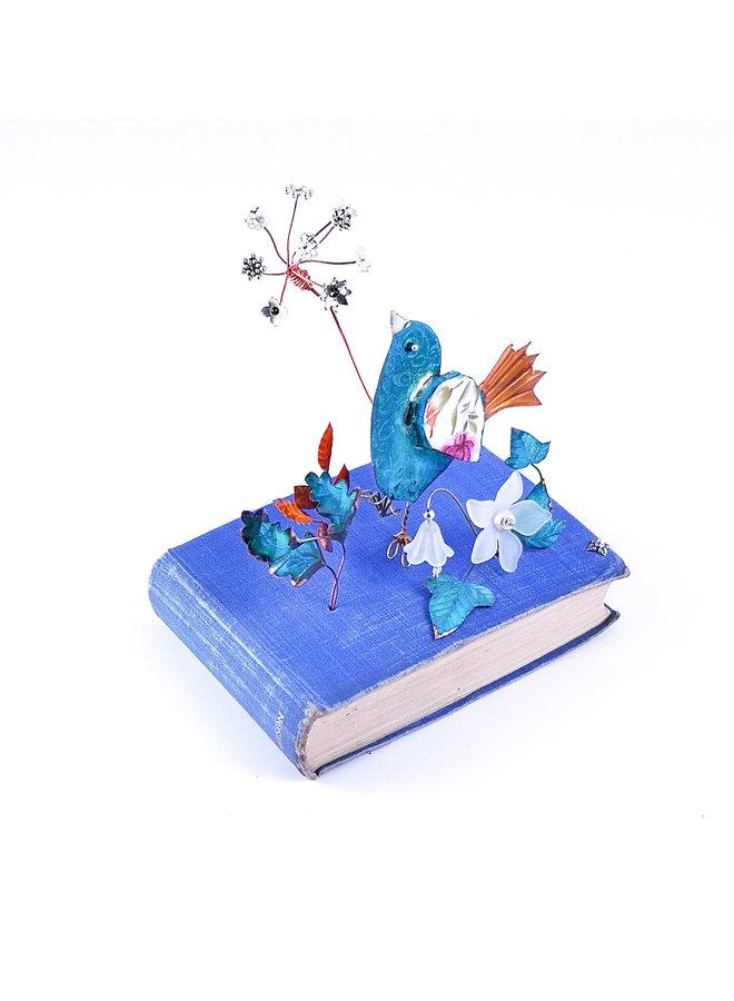 Fantale Vogel mit Laub auf Buch Assemblage 029
