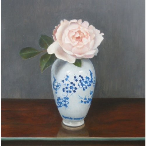 Linda Brill Rose en un jarrón azul y blanco 041