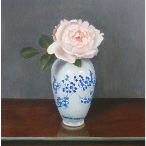 Linda Brill Rose in einer blau-weißen Vase 041