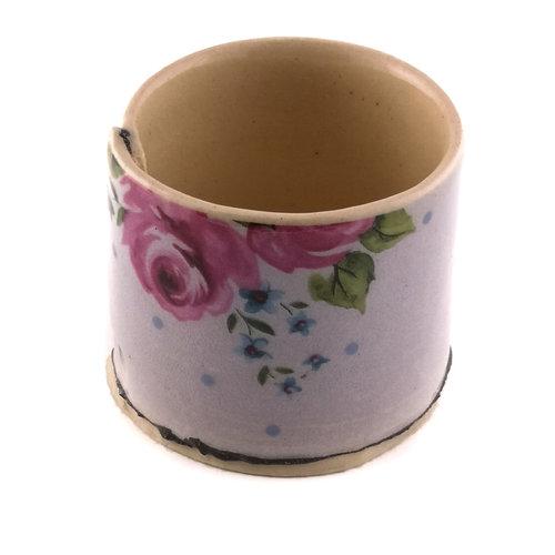 Virginia Graham Jardinera lila con flores rosas 06