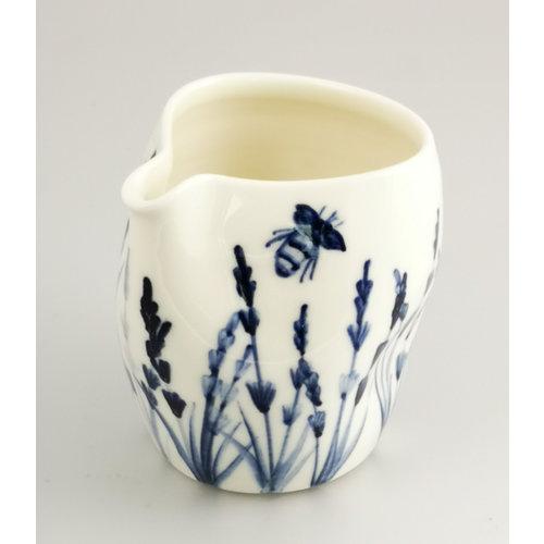 Mia Sarosi Jarra de porcelana de lavanda y abejas pintada a mano 041
