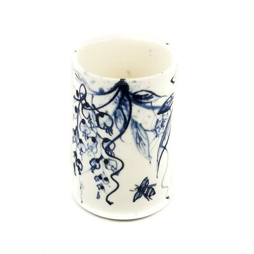Mia Sarosi Olla de porcelana pintada a mano de glicinias y abejas 054