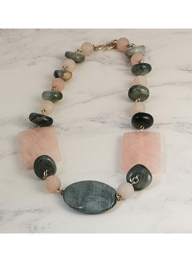 Rosenquarz mit grauen Halbedelsteinen und silberner Gliederkette 07