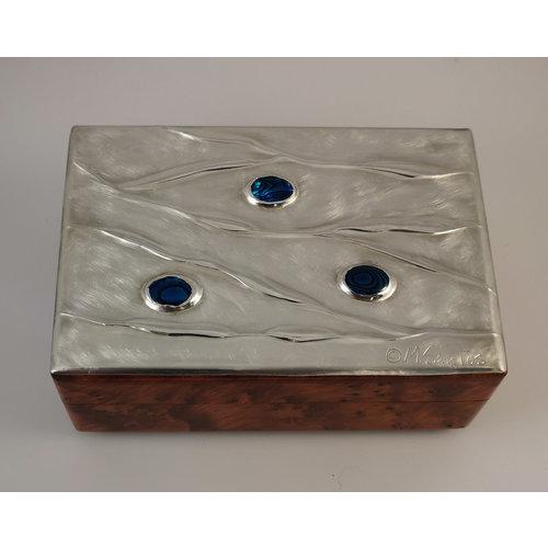 Maria Santos Ondulación de peltre de agua y caja con bisagras de madera 029