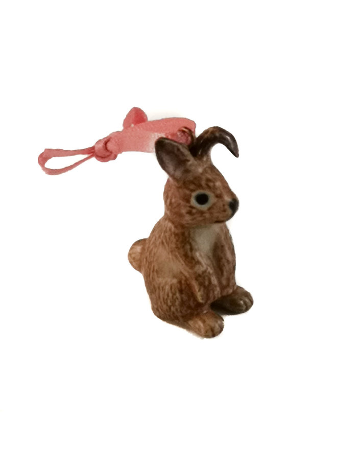Breloque lapin brun assis peint à la main 096