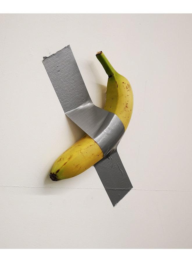 Bananenkanal nach Maurizio Cattekan Ed an eine Wand geklebt. 10. - 95