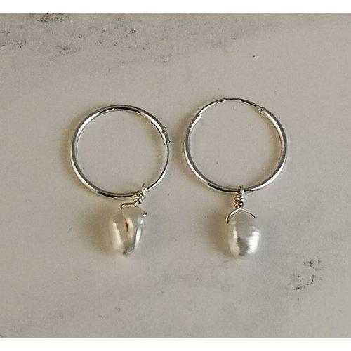 Katherine Bree Pendientes de aro de perla blanca semipreciosa y plata 52