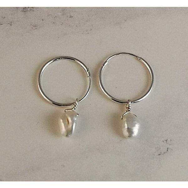 Zilveren en halfedelstenen oorringen met witte parel 52