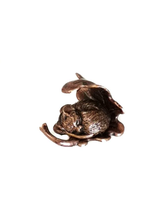 Schlafende Maus auf Blattminaturbronze 77