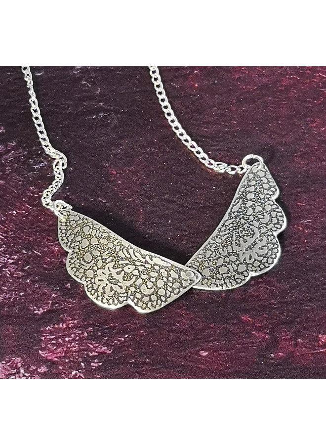 Halskette mit geätztem Leichtmetall-Spitzenkragen 82