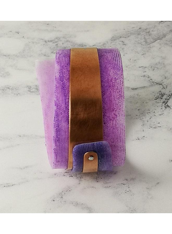 Lila verstellbarer Armreif aus recyceltem Kupfer und Kunststoff 102