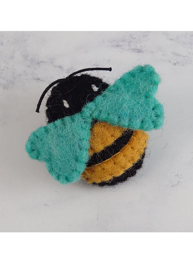 Biene mit blauen Flügeln Filzbrosche 52