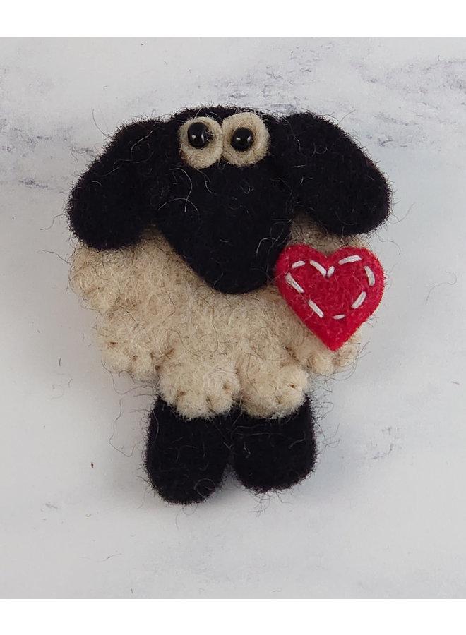 Schaf mit Herz Filzbrosche 51