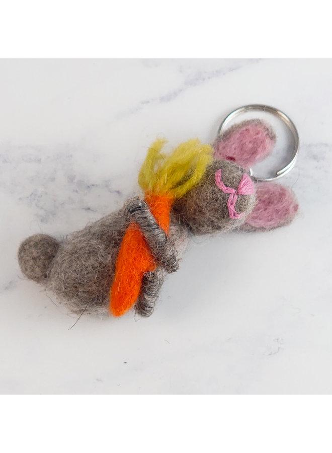 Schlüsselanhänger Hase mit Karottenfilz 45