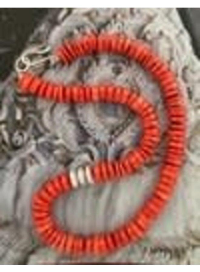 Halskette mit Korallenscheibe und Silberschote 124