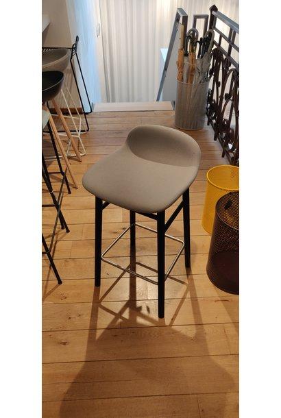 Toonzaalmodel Form Barstool 65h Full uph - fame 60078 - wood black