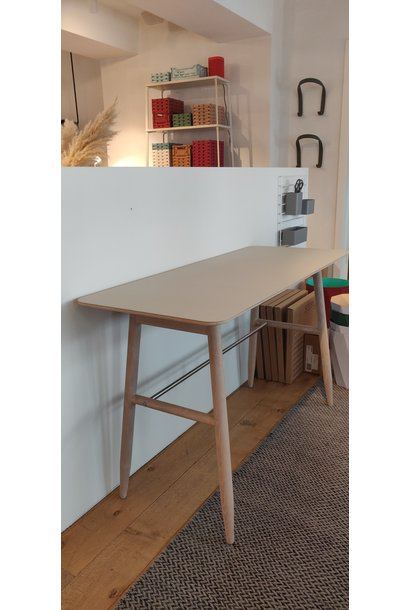 Toonzaalmodel Icha desk mushroom / white oiled oak