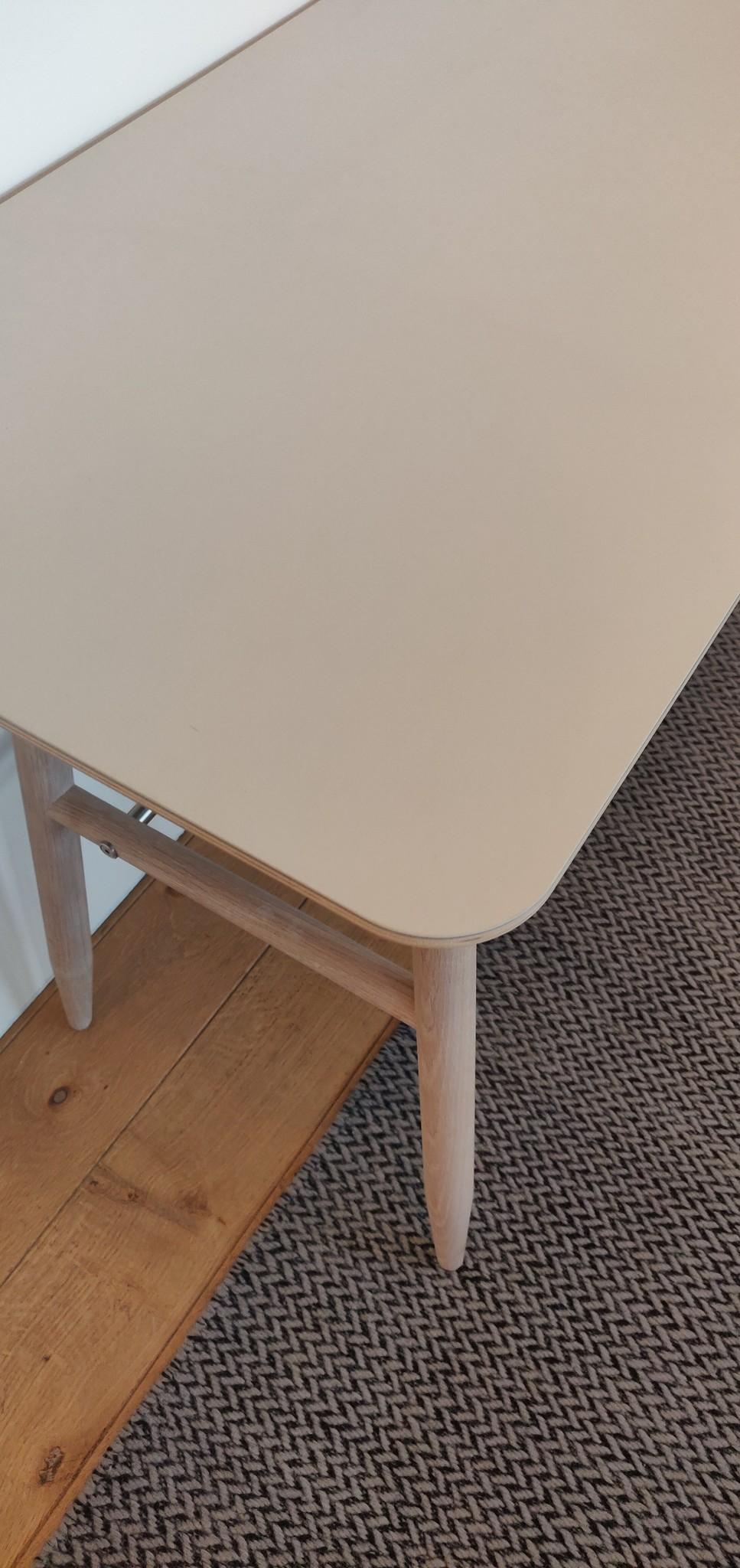 Toonzaalmodel Icha desk mushroom / white oiled oak-2