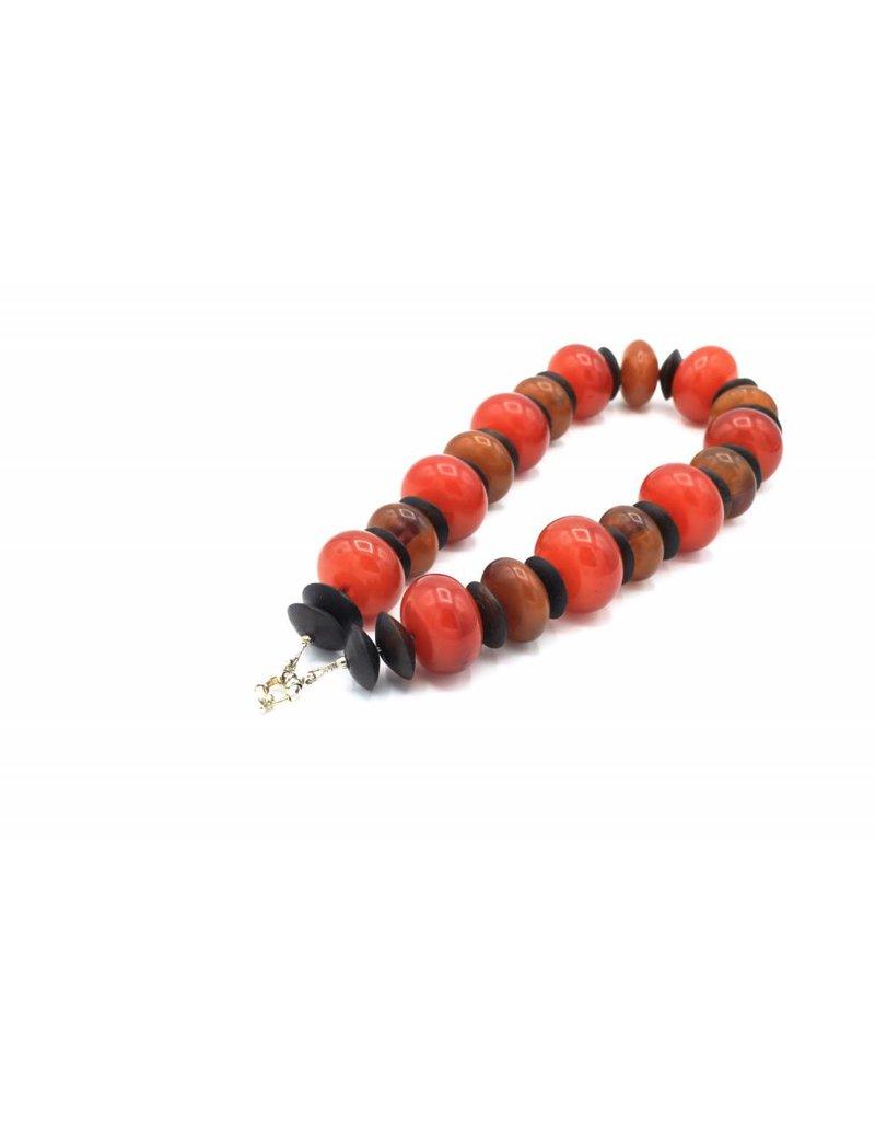 Halsketting met grote rode en oranje kralen