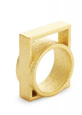 Ola Ring met groot vierkant goud