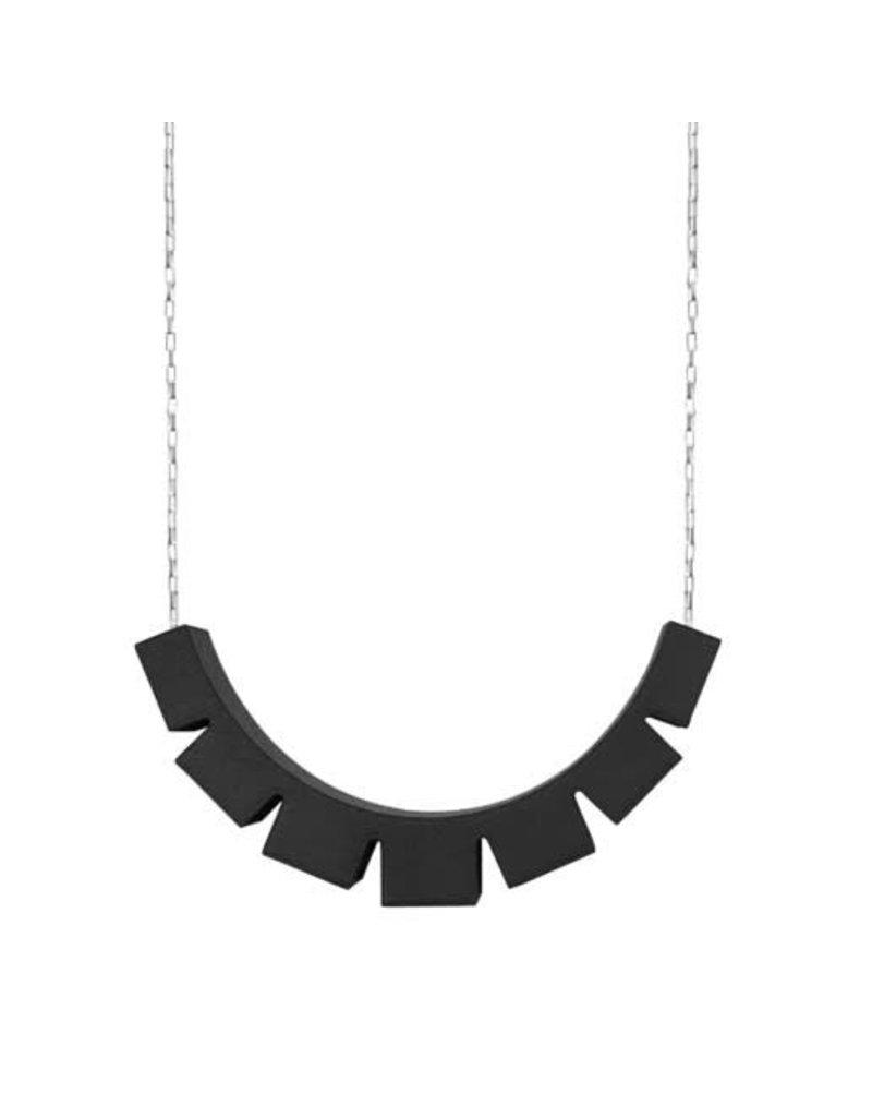 Ola Halsketting met zwarte geblokte hanger