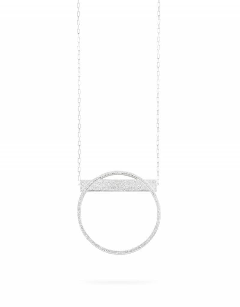 Ola Lange zilveren halsketting cirkel met balkje