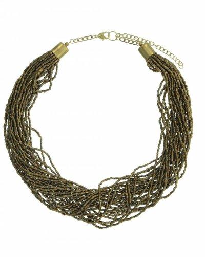 Halsketting kort met verschillende strengen met kleine pareltjes goud