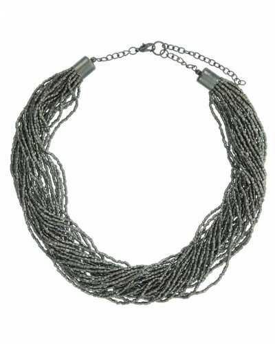Halsketting kort met verschillende strengen met kleine pareltjes zilver