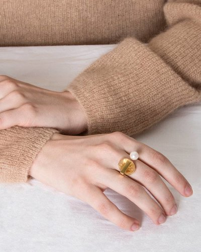 Studio Collect Open U-shaped ring with citrine and a pearl