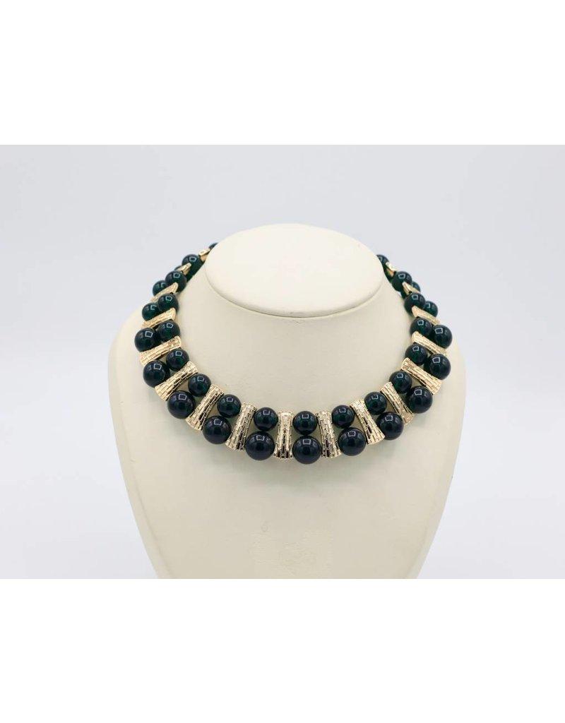 Korte halsketting met zilver vergulde schakels en donkergroene kralen