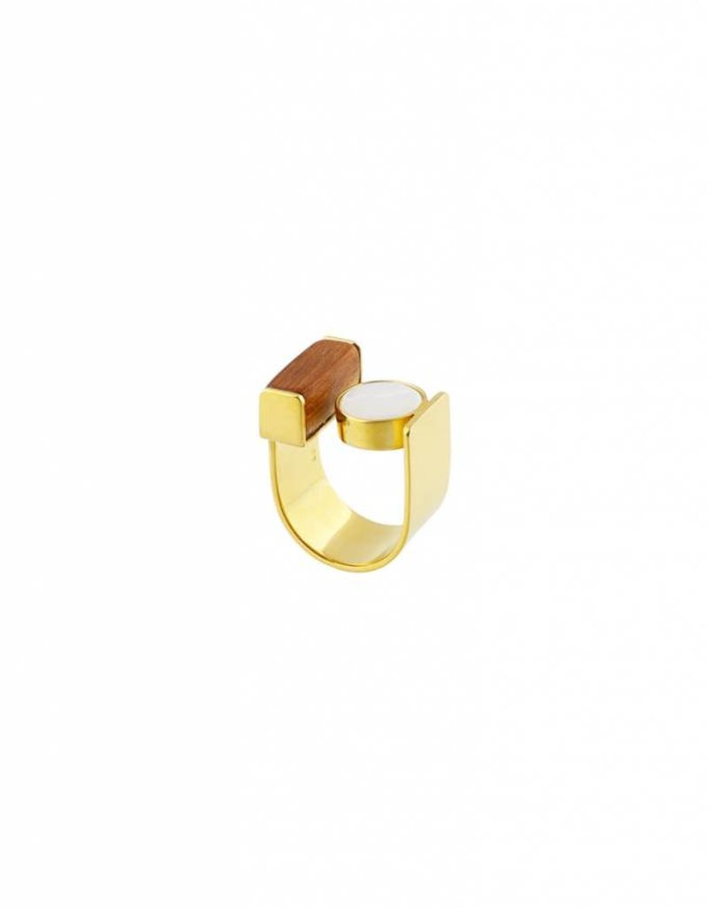 Studio Collect statement ring with bayong wood & mother of pearl goldplated