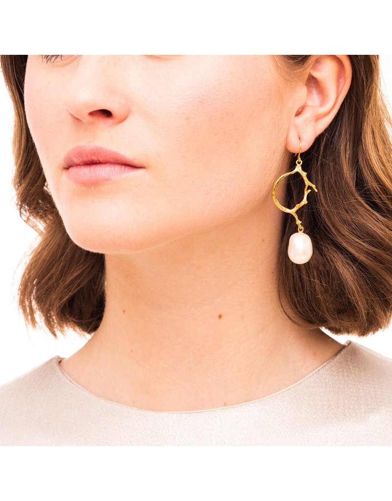 Wouters & Hendrix STATEMENT HOOK EARRINGS WITH FRESHWATER PEARL